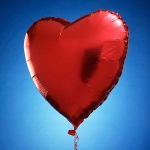 ballon gonflé à l'hélium en forme de coeur